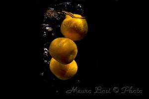 Frutti che si tuffano in acqua