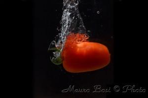 Pomodoro tuffato in acqua