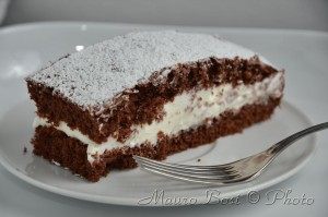 Torta cioccolato farcita panna con forchetta