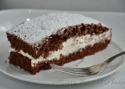 Fetta di torta al cioccolato e panna