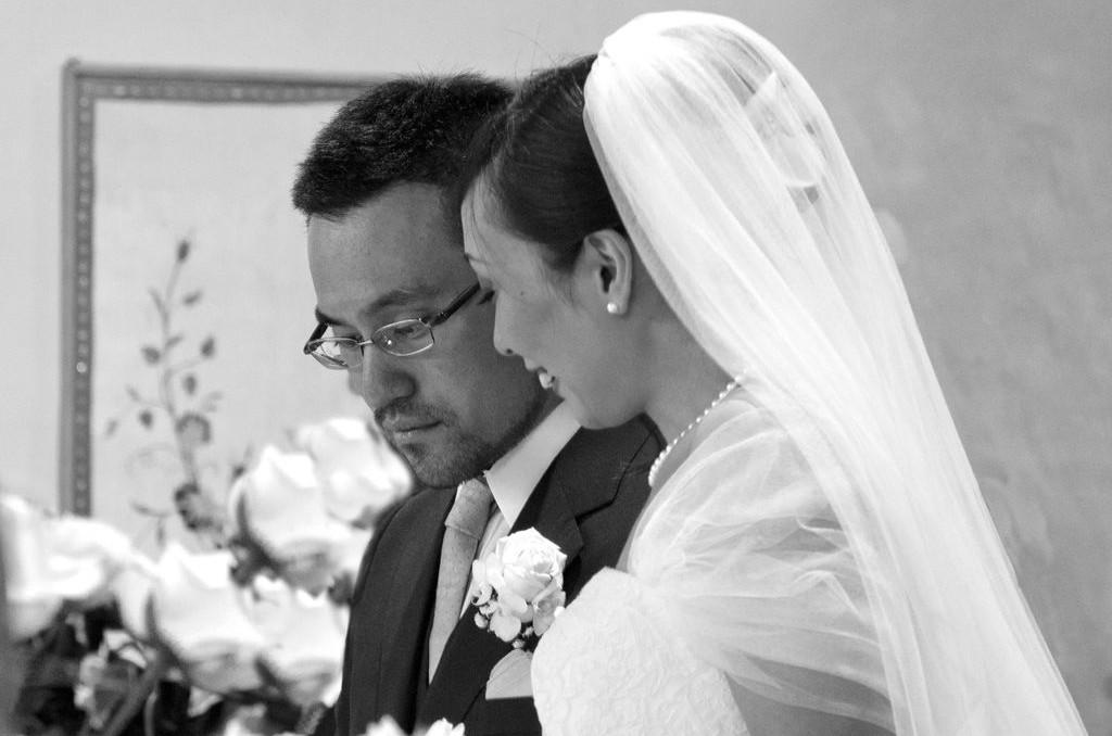 Matrimonio sposo e sposa all'altare