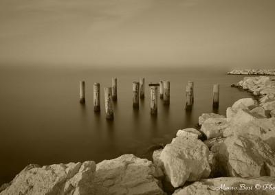 Pali entro la diga foranea Marina di Ravenna