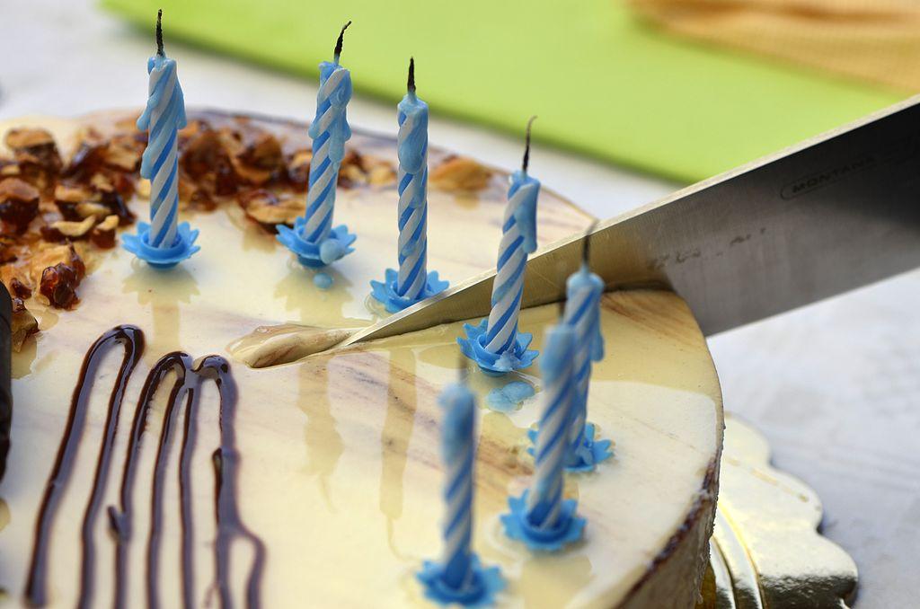 Taglio torta compleanno