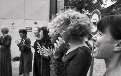 Inferno di Dante - Teatro delle Albe - Il Coro delle Erinni si prepara - Foto di Mauro Bosi