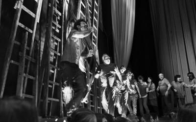 Inferno di Dante - Teatro delle Albe - Il Coro degli Avari e Scialacquatori in scena: con al bandiera, Lorenzo Carpinelli - Foto di Mauro Bosi