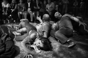 Inferno di Dante - Teatro delle Albe - Il Coro degli Avari e Scialacquatori in scena - Foto di Mauro Bosi