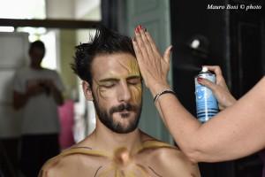 Sonia completa l'acconciatura di Apollo - Lorenzo Soleri