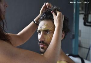 Sonia sistema i capelli a Lorenzo Soleri, Apollo sul set di Clizia