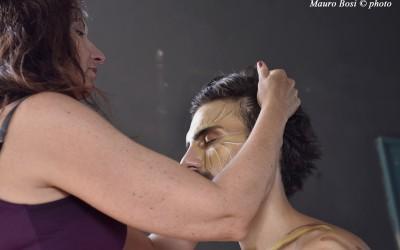 Sul set di Clizia, Sonia acconcia Apollo