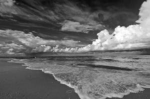 Onde sulla spiaggia, bianco e nero