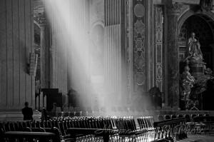 Fascio di luce nella basilica, biancoe e nero