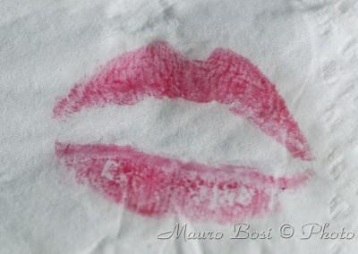 Impronte di labbra con rossetto su carta